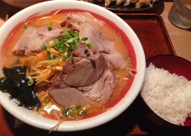 麺道場のラーメンとライス