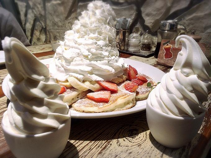 コナズ珈琲、ストロベリー&バナナ&ホイップクリーム1380円+ホイップ+パンケーキ2枚+ソフトクリーム