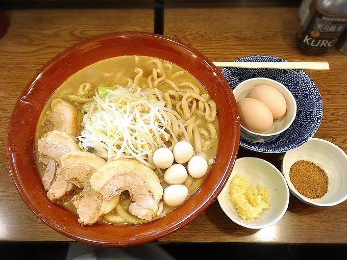 眞久中、ラーメン麺増し1000gニンニク+うずら+豚2+魚粉