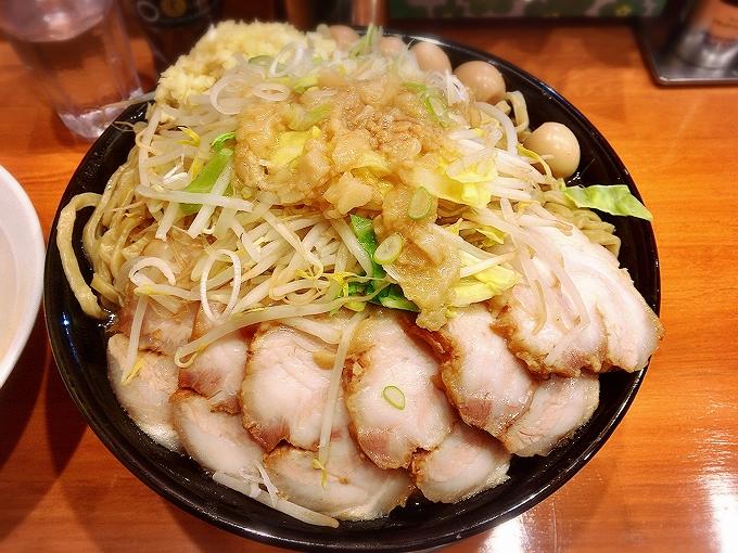 特大豚ラーメン(麺1000g)ニンニク、アブラ+豚増し+白ネギ+生卵×2+ウズラ