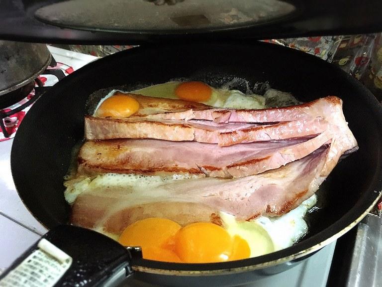 【お家レシピ】業務スーパーの巨大ベーコンブロックを使った俺の最強ベーコンエッグ☆二卵黄コラボで豪快に炙る♪
