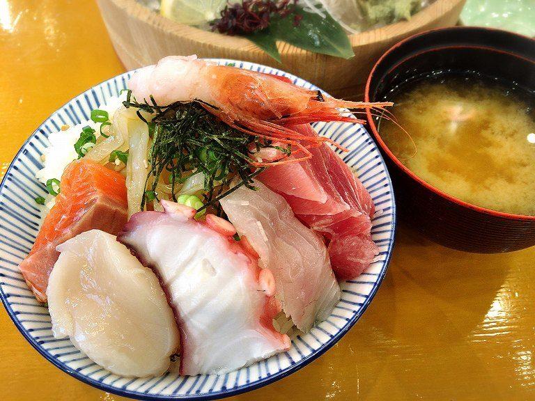 【盛り付け例(34)】大漁!厚切りネタの海鮮丼【大庄水産】