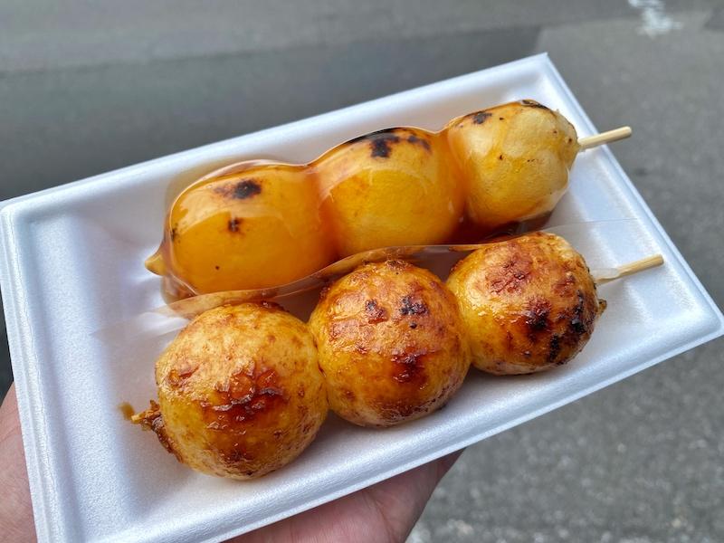 虹だんご 越谷駅前店【毎朝つきたて!モチモチの焼き立てだんご】甘だれ・生醤油の2種類食べてきた